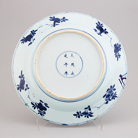 A blue and white serving dish, qing dynasty,  kangxi (1662-1722).