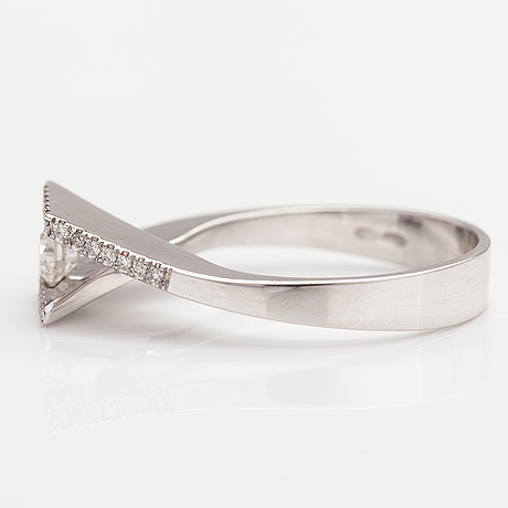 A 14k white gold ring with diamonds ca. 0.48 ct in total.