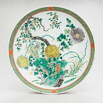 A Chinese modern porcelain dish with chrysanthemum decoration, 21st century.