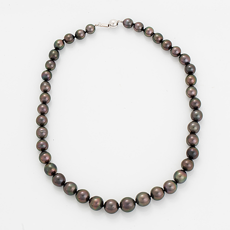 Cultured tahiti pearl necklace.