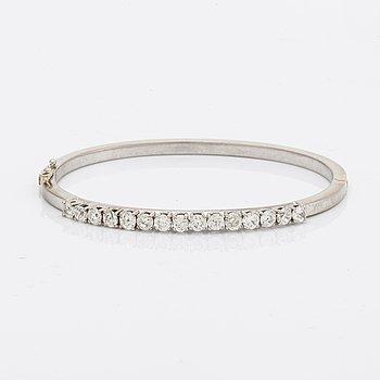Bangle 18k whitegold old-cut diamonds approx 2,5 ct in total, inner diameter approx 17 cm, hinge mechanism.