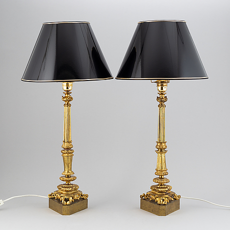 A pair of table lamps.