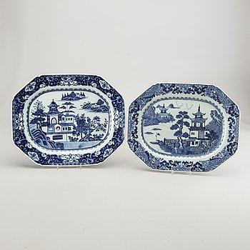 Uppläggningsfat 2 st Kina Qingdynastin Qianlong (1736-95) porslin.