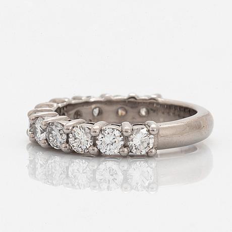Ring 18k gold set with round brilliant-cut diamonds.