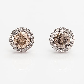 A pair of 14K white gold earrings with diamonds ca. 2.00 ct in total.