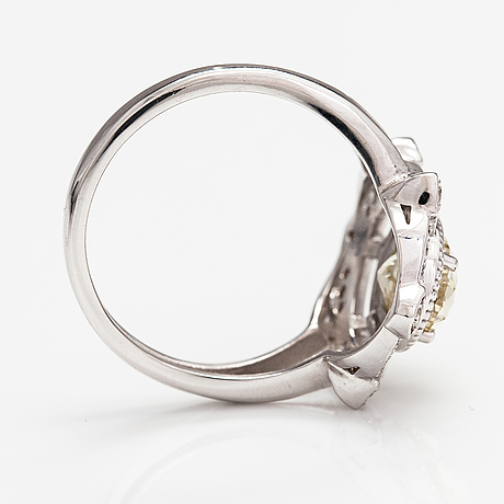 A 14k white gold ring with diamonds ca. 1.71 ct in total.
