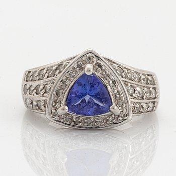 Ring med triangelformad tanzanit och små briljantslipade diamanter.
