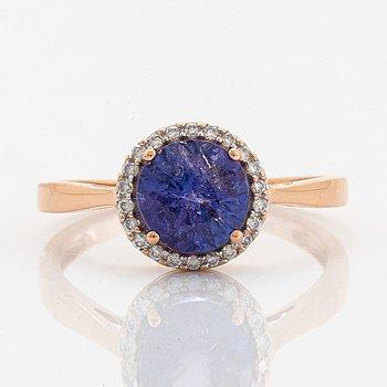 Ring med rund fasettslipad tanzanit och briljantslipade diamanter.