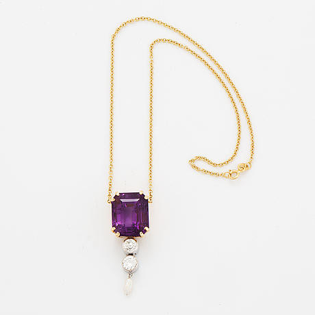 An 18k gold pendant set with a faceted amethyst and round brilliant- and old-cut diamonds and a pearl.