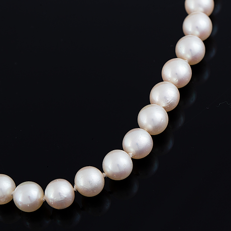 Cultured pearl necklace, clasp 18k gold with yellow sapphire.