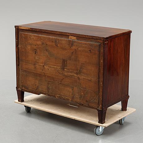 Byrå, sengustaviansk, omkring år 1800.