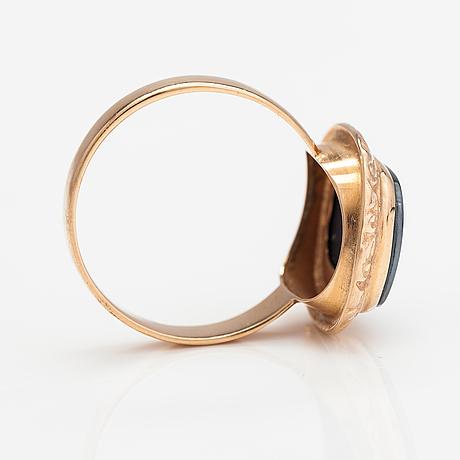 A 14k gold ring with a hematite. korutuote, heinola 1973.