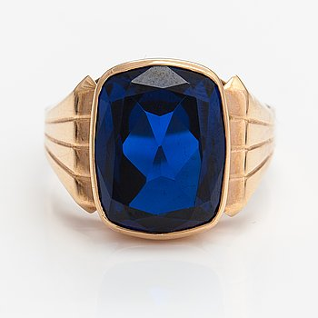 A 14K gold ring with a synthetic spinel. Heinola 1976.