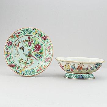 Skålfat på fot samt fat, porslin samt Kantonporslin. Qingdynastin, sent 1800-tal.