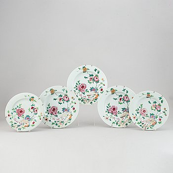 A set of 5 famille rose dinner plates, Qing dynasty, Qianlong (1736-95).