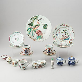 A group of 14 blue and white, famille rose and imari porcelain objects, Qing dynasty, 18th-19th century.