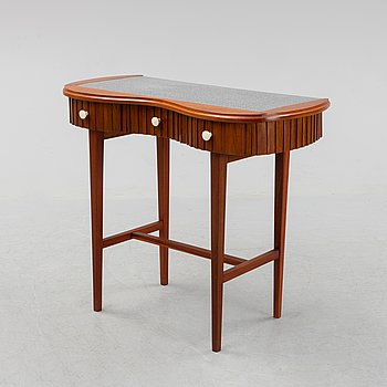A mid 20th-century toilet table.