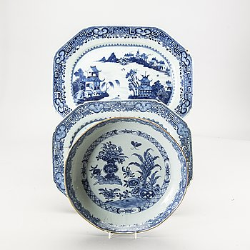 A Chinese set of one bowl and two plates Qianlong porcelain.