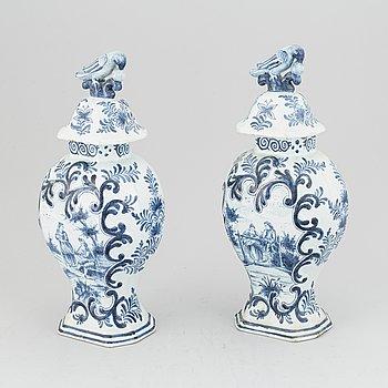 Lockurnor, ett par, fajans, troligen Holland, sent 1800-tal.