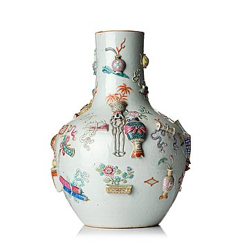998. A '100 antiques' famille rose vase, Qing dynasty, 19th Century.
