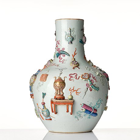 A '100 antiques' famille rose vase, qing dynasty, 19th century.
