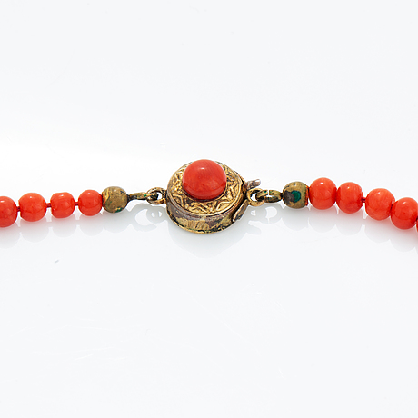 Set, coral necklace, ring and earrings.