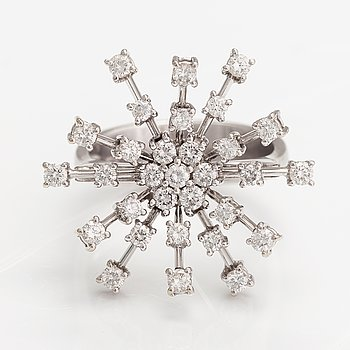 An 18K white gold ring with diamonds ca. 0.93 ct in total.