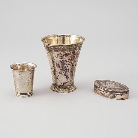 Thomas beckman d.y. (1727-1759), bägare, silver, örebro samt dosa och kopp, silver, 1800/1900-tal.