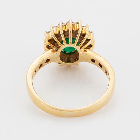Garnityr, ring, örhängen och collier med smaragder och briljantslipade diamanter.