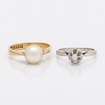 2 rings 18K gold and whitegold, 1 brilliant-cut diamond approx 0,05 ct and 1 cultured pearl approx 8,5 mm.