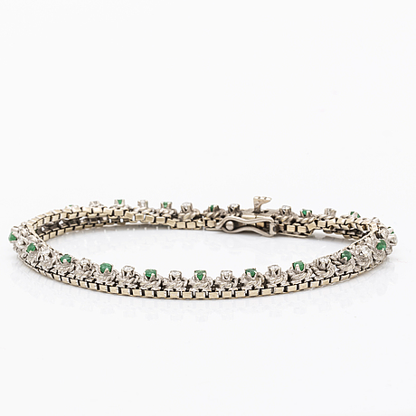 Bracelet 18k whitegold brilliant-cut diamonds approx 0,50 ct in total and emeralds, approx 19 x 0,5 cm.