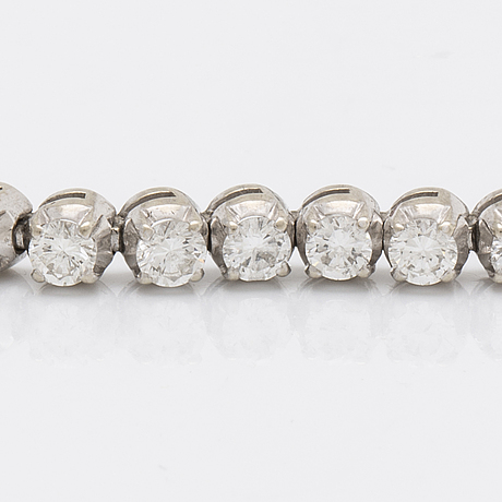 Tennis bracelet 18k whitegold with 42 brilliant-cut diamonds approx 5 ct in total, approx 18 x 0,3 cm.