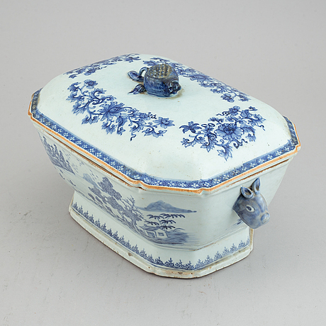 A blue and white export porcelain tureen with cover, qing dynasty, qianlong (1736-95).