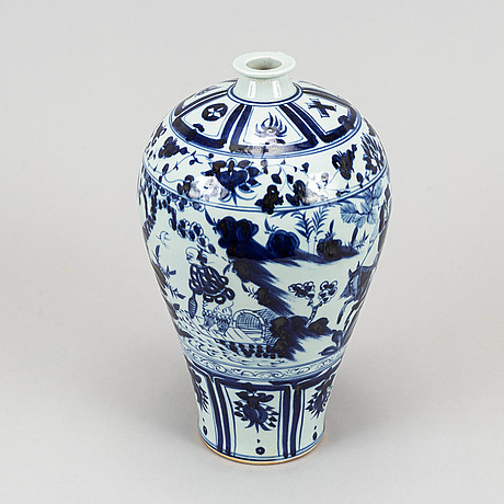 A set of a chinese blue and white vase, two jars with cover and a lamp, 20th century and modern manufactory.