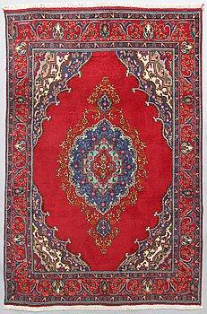 A oriental Täbris carpet. Ca 302x196 cm.