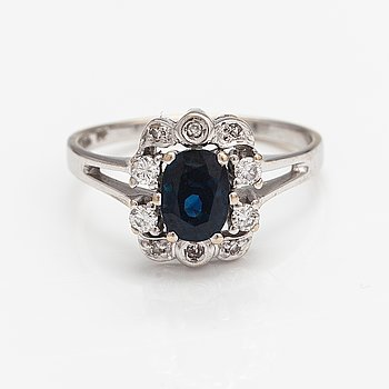 An 18K white gold ring with a sapphire and diamonds ca. 0.18 ct in total.