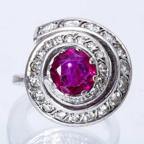 Ring 18k whitegoöd 1 ruby approx 6 mm, brilliant and single-cut diamonds approx 0,70 ct in total.