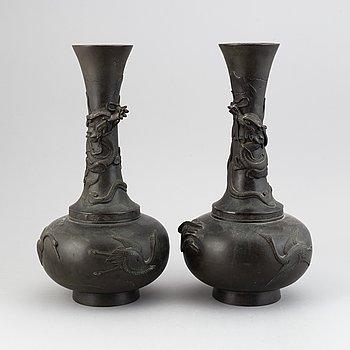 Vaser, 2 stycken, brons. Japan, Meiji (1868-1912).
