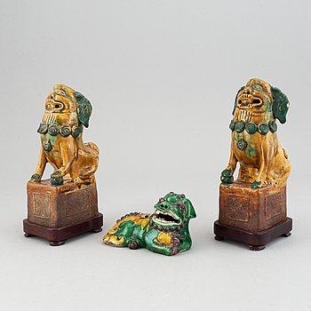 Rökelsehållare/Figuriner, tre stycken, porslin. Qingdynastin 17/1800-tal.