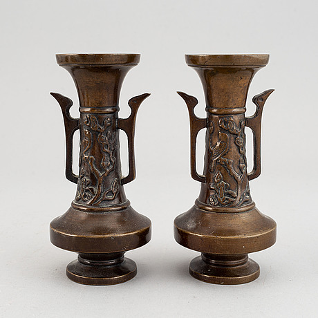 Vaser, två stycken, samt rökelsekar med lock, två stycken, brons. japan, meiji (1868-1912).