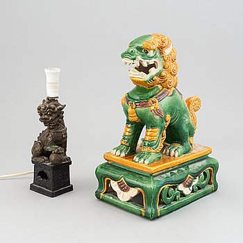 Figuriner, två tycken, keramik. Kina, 1900-tal.