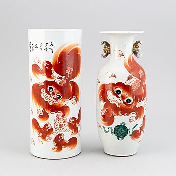 A pair of vases with red buddhist lions, late Qing dynasty, circa 1900.