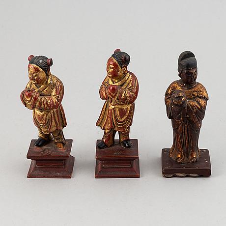 Figuriner, tre stycken, trä. förgyllda och lackerade. sen qingdynasti, 1800tal.