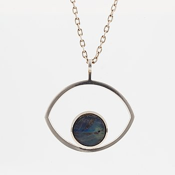 A Jorma Laine silver pendant set with a spectrolite and a chain.