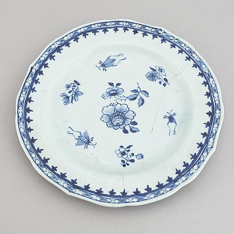 Fat, två stycken, samt tallrikar, porslin. qingdynastin, qianlong (1736-95).