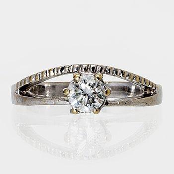 Ring 14K whitegold 1 brilliant-cut diamond 0,50 ct inscribed.
