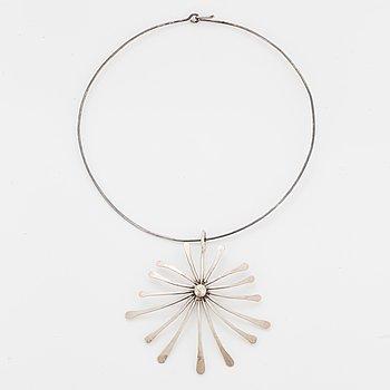 A silver necklace by Birgitta Sanitate.