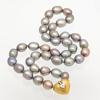 Necklace grey freshwater-pearls approx 8 mm, clasp 18k gold with 3 brilliant-cut diamonds.
