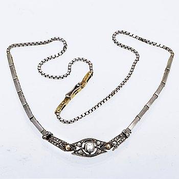 Collier 18K vitguld med 1 smaragdslipad diamant ca 4 x 3 mm och rosenstenar och 2 orientaliska pärlor, längd ca 38 cm.