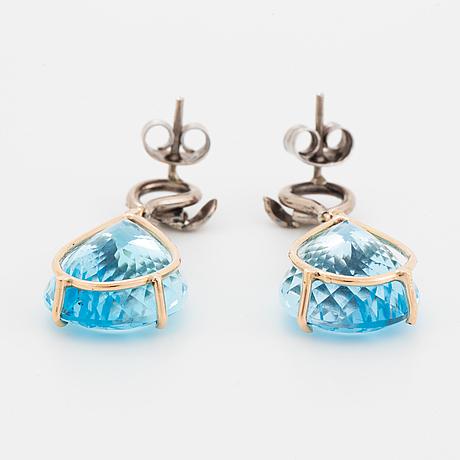 Örhängen med stora droppformade topaser och diamanter.